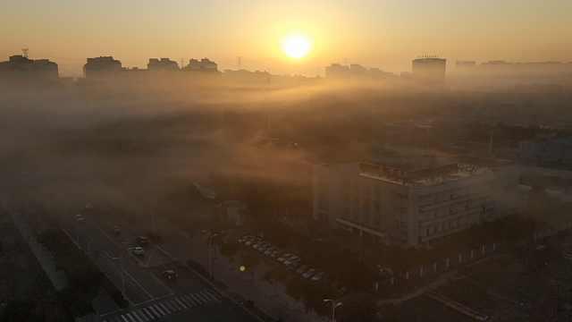 上海清晨大雾,浓雾环绕高楼如诗画