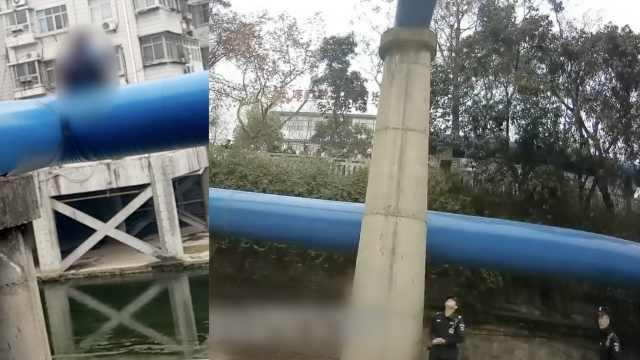 女学生7米管道跳下,老民警徒手接住