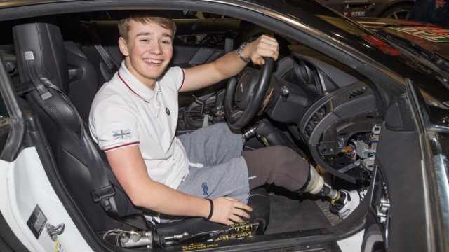 18岁赛车天才双腿截肢,仍重返赛道