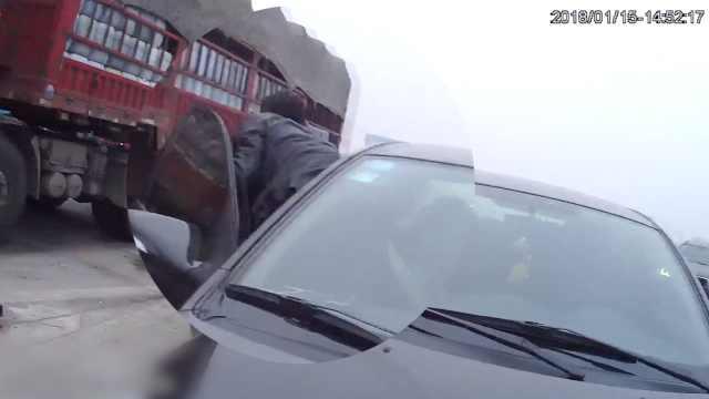 无证老司机遇查车,竟从副驾位爬出