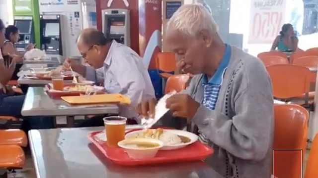 吃饭时遇人讨饭,他起身做了这件事