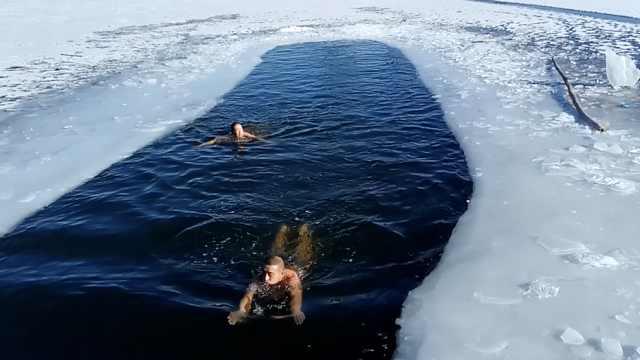 79岁老人凿冰冬泳,路人:能活200岁