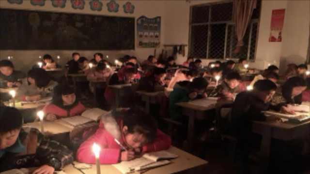 小学停电,学生点蜡烛复习2人用1根