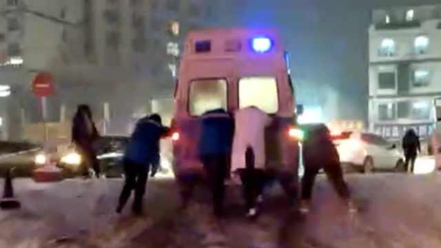 3救护车雪天接病患遇阻,医护推车跑
