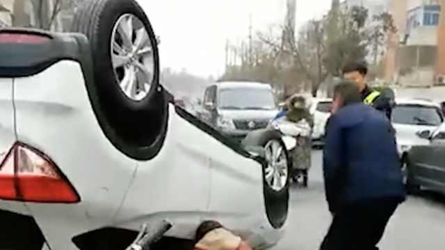 女司机油门当刹车,撞路边车后侧翻