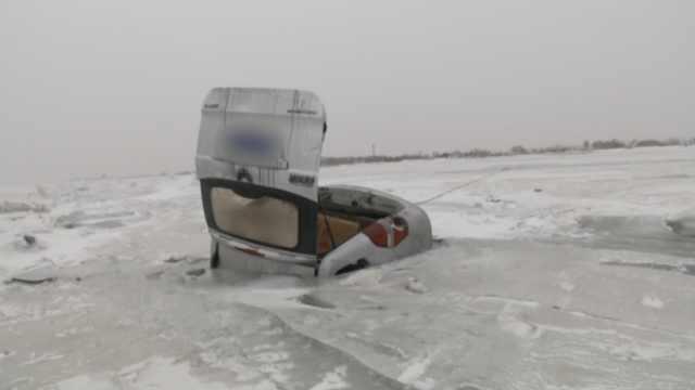 面包车湖面漂移栽进冰窟,6人逃生