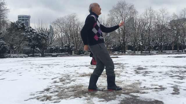 大雪让75岁老人秒回童年,奔放独舞