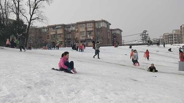 小区外现天然滑雪场,萌娃雪地撒欢