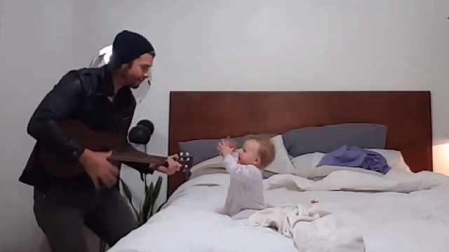 有爱!爸爸吉他弹唱,萌娃瞬间痴迷