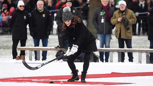 凯特王妃出访,挺7个月孕肚打冰球