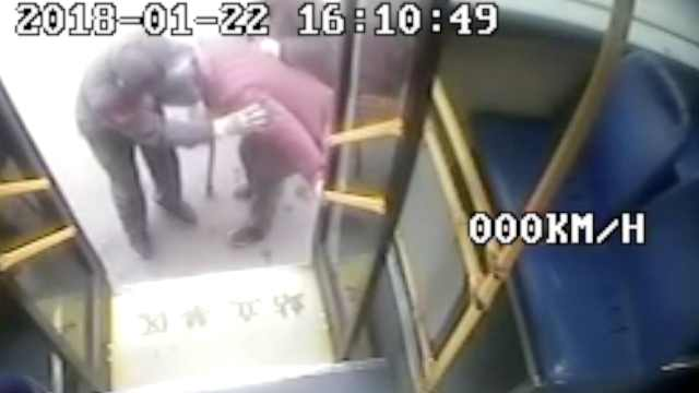 公交车司机抱老人下车,老人连鞠躬
