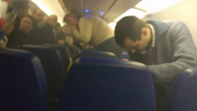 俄航机舱冒烟:中国乘客充电宝起火