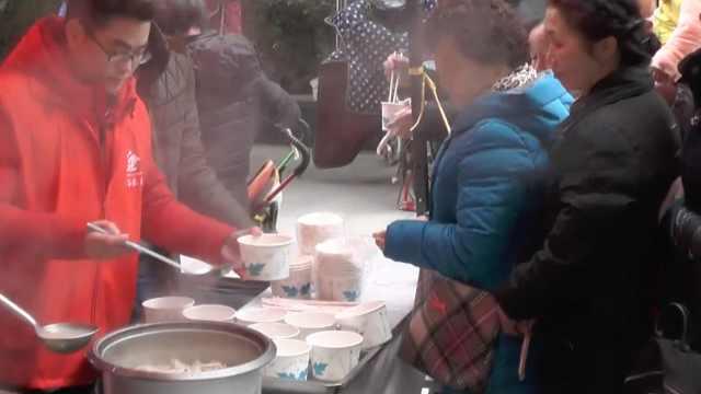 有爱!社区免费给居民煮饺子