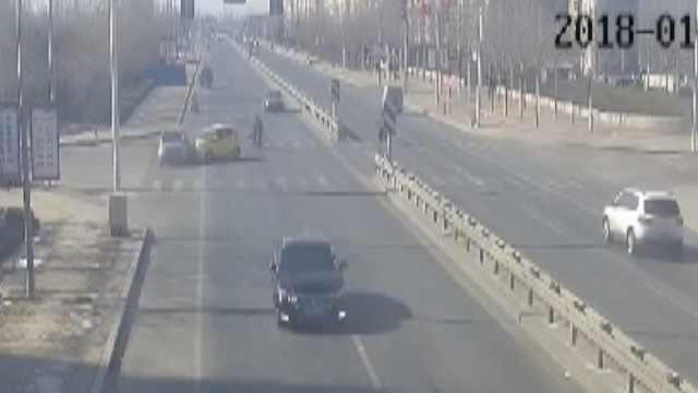 电轿闯灯肇事,被撞司机:今年撞2次