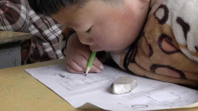 腦癱男孩四肢殘疾,咬鉛筆寫字答題