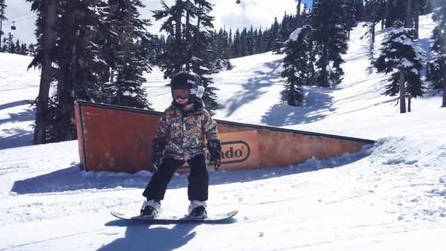 6岁少年滑雪炫技秒杀同龄人