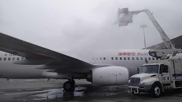 昆明机场全力除冰,陆续有航班起降
