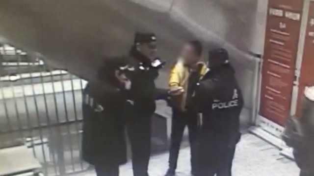 男子强闯地铁安检,还无视劝阻抽烟
