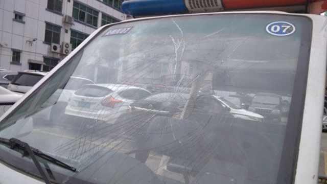 男子酒后撒泼,竟一拳砸裂警车玻璃