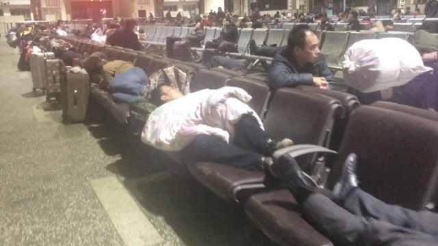 酸!为回家过年,他们凌晨睡候车厅