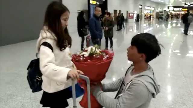 小伙第1次带女友回家,机场捧花求婚