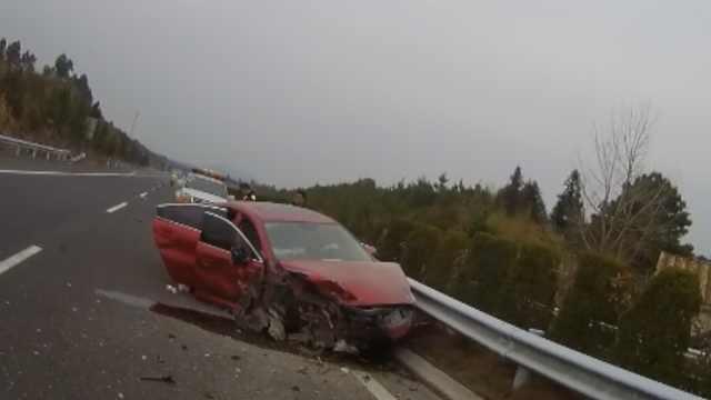 他疲劳驾驶,小车高速正面直怼护栏