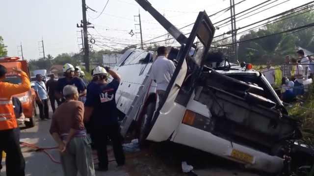 中国游客泰国遇车祸,17人受伤