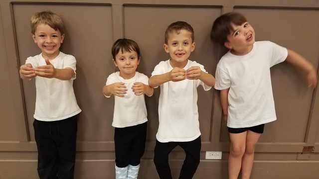 全男孩芭蕾舞班:踮脚玩丝带好有趣