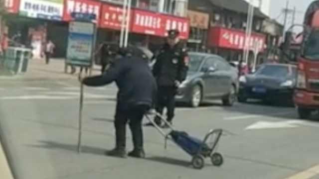 路过辅警以身挡车,护送老人过马路