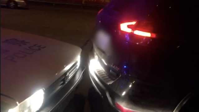 男子酒驾遇查,倒车逃跑竟撞上警车