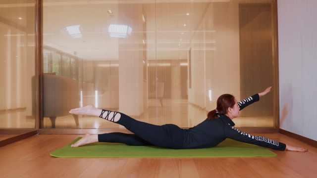 瑜伽游泳式,缓解你的腰背疼痛