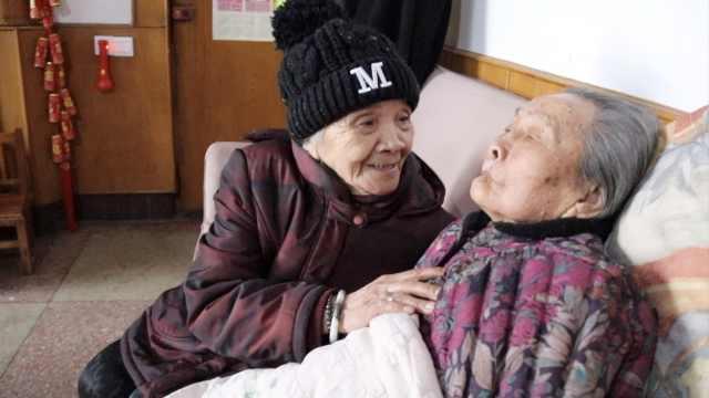 93岁老太眼明耳聪,帮儿照顾9旬岳母