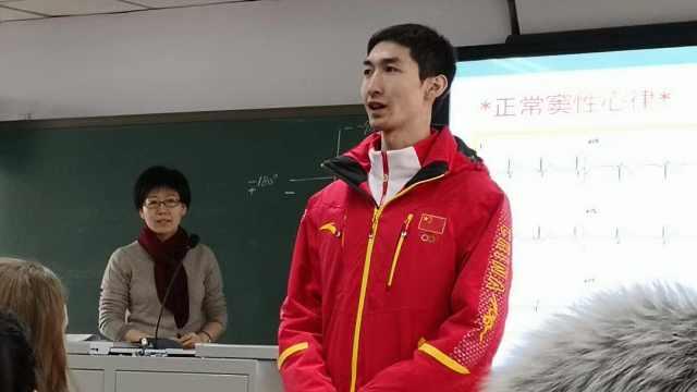 武大靖返校上课,同学们激动求签名