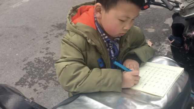 妈去逛商场,9岁男孩趴电动车写作业