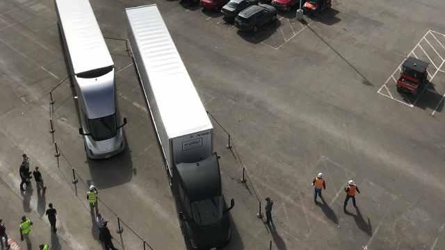 酷!特斯拉电动卡车首次发车运货