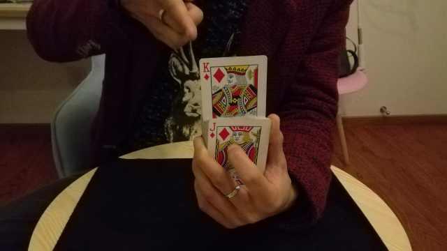 气功?扑克牌在眼前自动上升