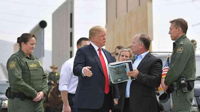 川普视察墨西哥边境墙:越大越好