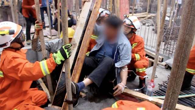 好痛!工人不慎坠落,大腿遭钢筋刺穿
