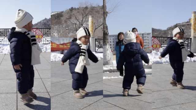 摩擦摩擦!2岁萌娃广场上跳曳步舞