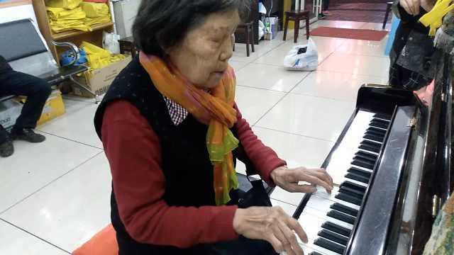 75岁奶奶秀钢琴:孙子学音乐,像我