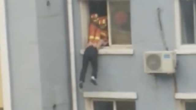 喝多了?男子挂窗沿,消防一把拽进屋