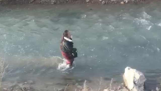 疑与丈夫争吵她欲跳河,河水不过膝