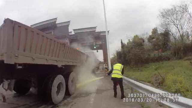 货车起火司机竟不知,民警紧急灭火