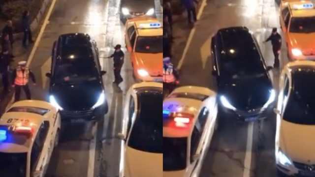 酒驾男被民警喊醒,脚踩油门撞警车