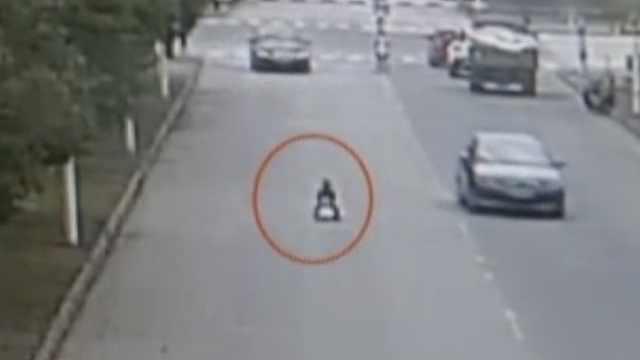 险!2岁男童驾玩具车上街,独行1公里