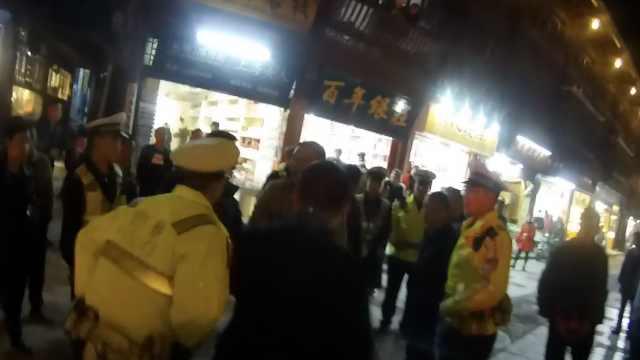 醉汉挡路不听劝,无故辱警袭警被拘