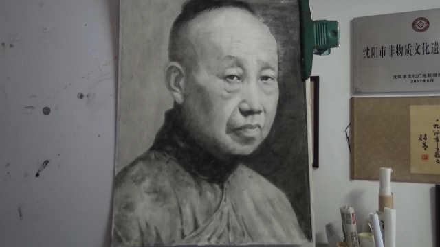 他钟爱碳精画,擦一幅作品用十只笔