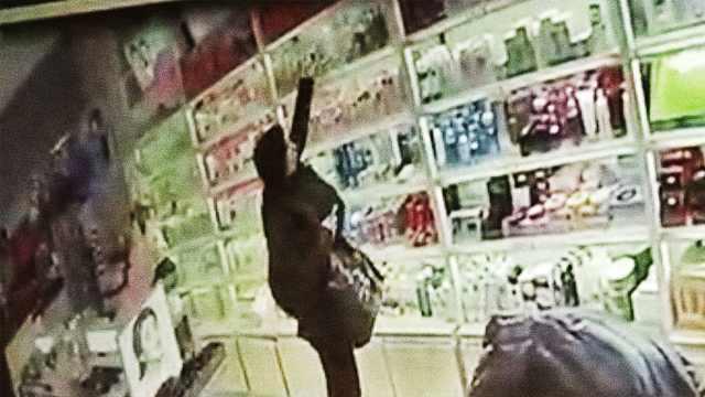 店主一眼认出回头贼,边跟踪边报警