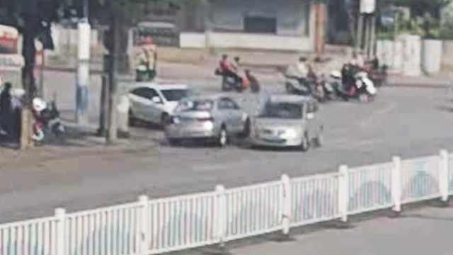 他油门当刹车撞多车,女子跳车躲避