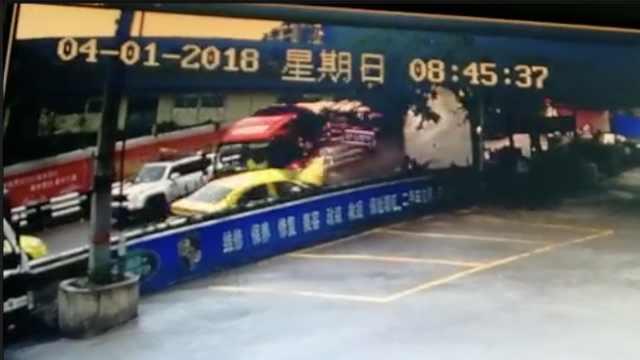 大货车疑刹车失灵,猛冲下坡撞的士